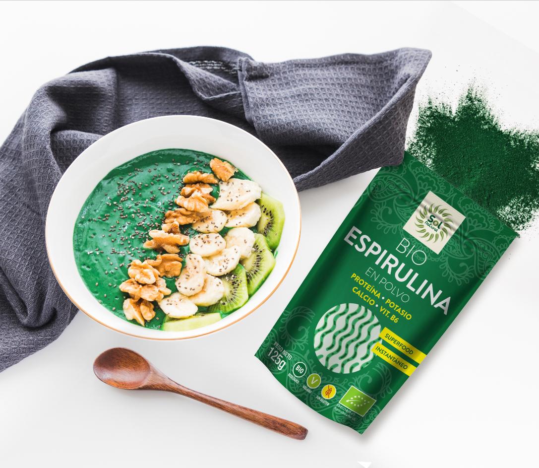 spirulina smoothie-bowl-con-platano--kiwi-y-chia-seeds